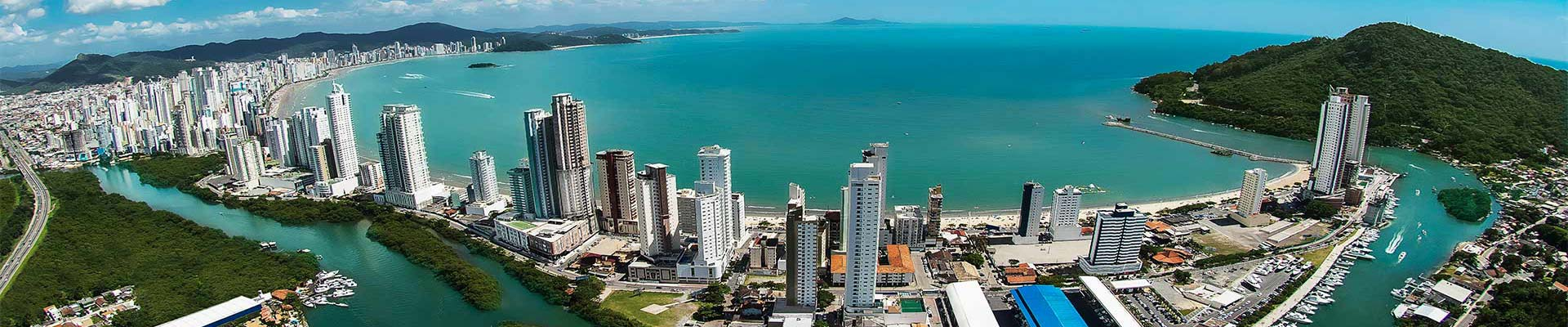 Vista aérea da cidade de Balneário Camboriú, em Santa Catarina, sul do Brasil, com sua principal praia ao fundo.